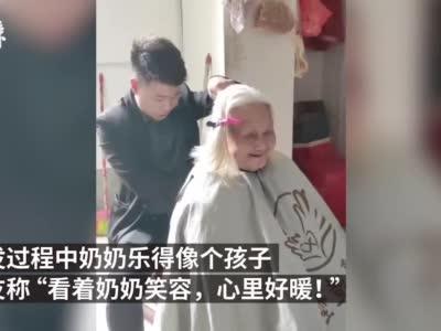 遂川91岁奶奶行动不便 理发师上门帮剪头