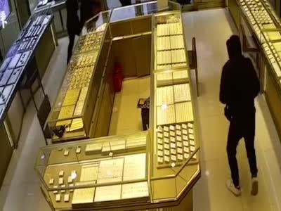 蒙面男子持刀抢劫金店30万元黄金,警方3小时抓获