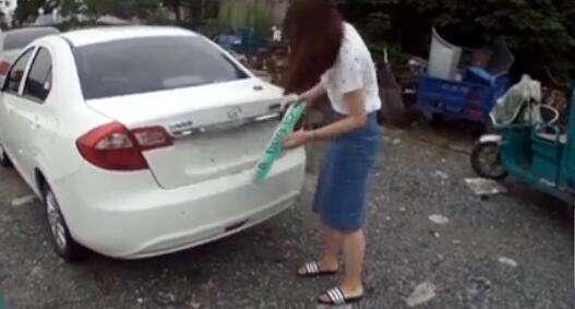 图说:为逃避处罚,驾驶员想出歪招:拆卸车牌。徐汇警方 供图