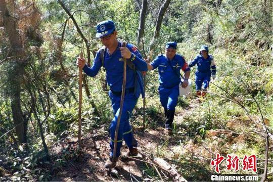 4月17日,江西南城县红十字蓝天救援队搜救走失的叶应珠。江西省红十字会供图