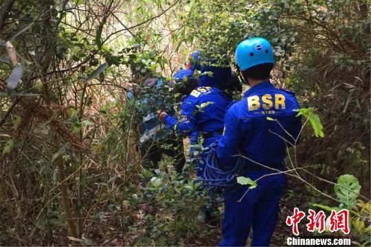 图为南城县红十字蓝天救援队搜救走失的老人。江西省红十字会供图