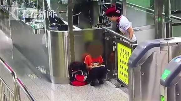 妈妈地铁站走散 男孩淡定玩起iPad一点不着急