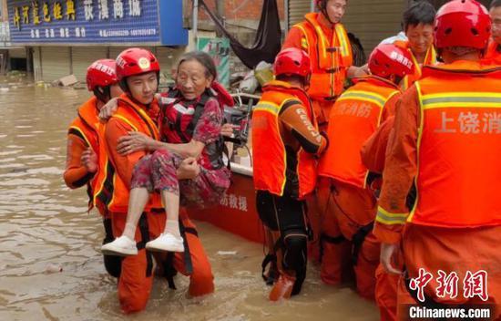 图为消防指战员营救遇险民众。 江西省消防救援总队供图