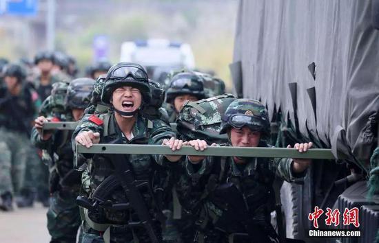 图为小组推车考验特战官兵团结协作能力。龙涛 摄