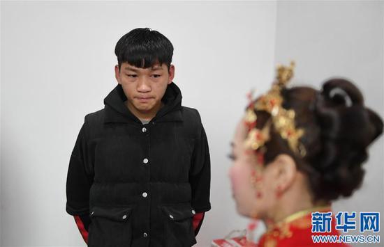看着即将出嫁的姐姐,黄好(左)流下了眼泪(1月11日摄)。新华社记者 周密摄