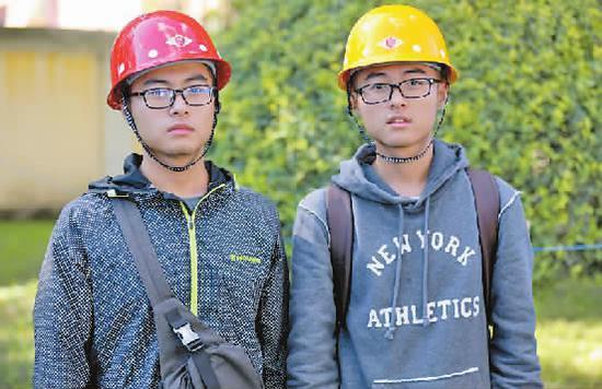 来自四川的双胞胎兄弟,左是弟弟骆珂瀚,右为哥哥姚泊州。新文化报 图