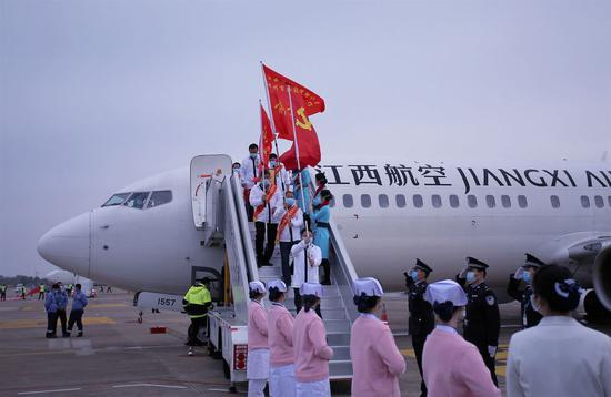 ↑江西援随医疗队队员们带着胜利的笑容走下飞机舷梯。