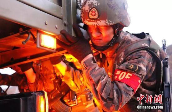 图为特战小队合力推行重型卡车。赵汉青 摄