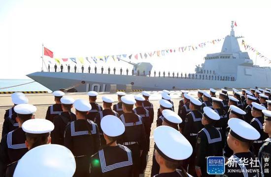万吨级驱逐舰首舰南昌舰在山东青岛正式入列