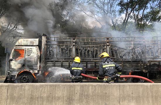 赣州一大货车突然着火 75辆电动车被烧
