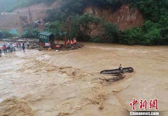 山洪暴发致工人被困 萍乡消防驾驶无人机救援