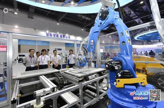 江西企业的智能制造装备展示。摄影:王祺 邱业成