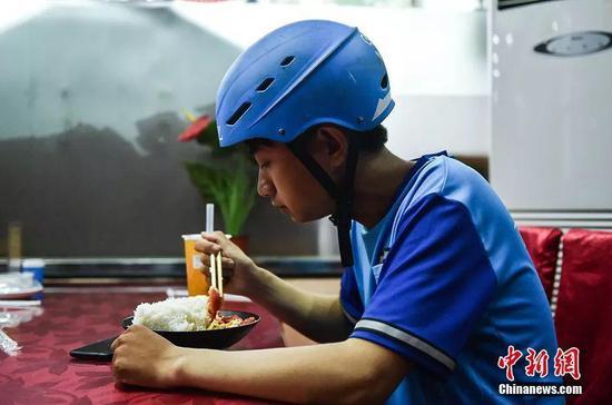 每天给你送餐的外卖小哥们 看他一日三餐都吃啥?