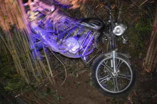 广昌发生一摩托车意外坠崖事故 致1死1伤