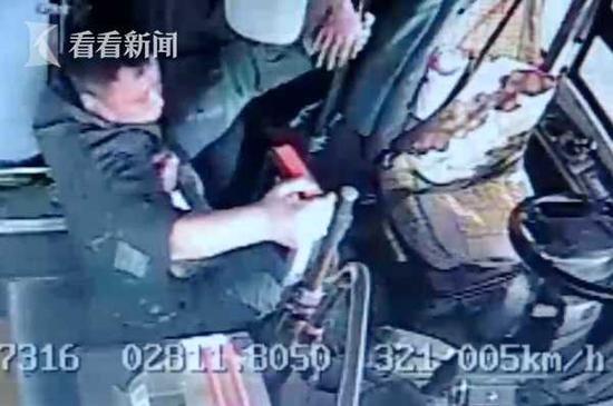 ?#22411;?#19979;车被拒 72岁老人竟把公交司机拽翻在地