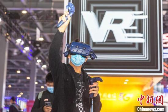 图为在同期举行的2020VR/AR产品和应用展览会上,民众体验VR设备。 刘力鑫 摄