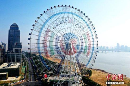 """图为百米巨幅VR主题造型装饰""""南昌之星""""摩天轮。(资料图) 刘占昆 摄"""