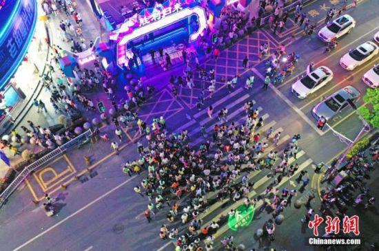 5月2日晚,江西南昌,民众在胜利路步行街休闲购物。(无人机照片) 中新社记者 刘占昆 摄