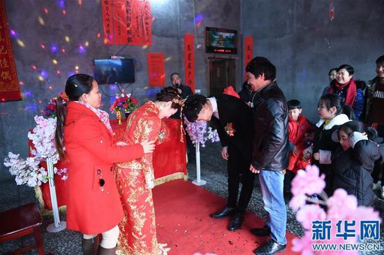 1月11日,黄林和新郎举行婚礼。新华社记者 周密摄