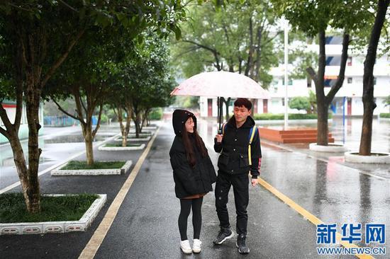 黄林来到桐木镇胜利中学接弟弟黄好放学(1月10日摄)。新华社记者 周密摄