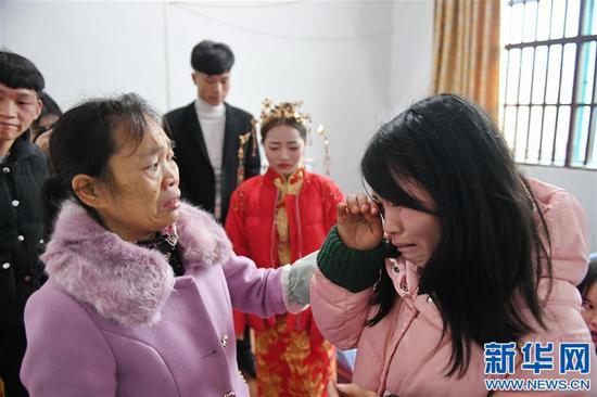 姐姐黄雪英(右)和大姨陈兰真(左)送别新娘黄林(1月11日摄)。新华社记者 周密摄