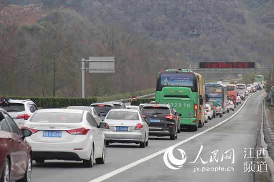 春节临近,江西境内高速公路迎来大车流。