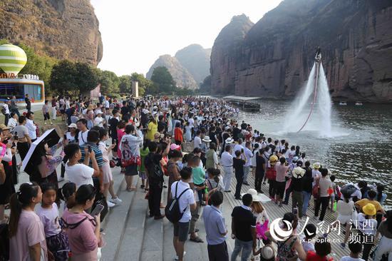 國慶假期,江西龍虎山游客接踵摩肩。