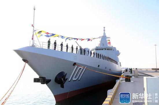 1月12日,南昌舰官兵在入列仪式前分区列队。当日,中国人民解放军海军055型驱逐舰首舰南昌舰归建入列仪式在青岛某军港码头举行。新华社发(李唐摄)