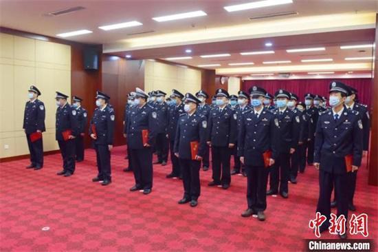 4月2日,江西省公安厅举行督察专员聘任仪式,为首批7位受聘督察专员颁发聘书。 江西警方供图