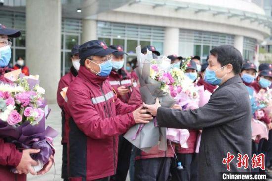 4月1日,江西省人民医院党委书记、院长李秋根向救援队队长张维新献花。江西省人民医院供图