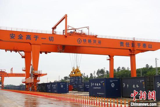 图为21日下午,南昌乐化物流园正在作业的集装箱货场。 刘占昆摄