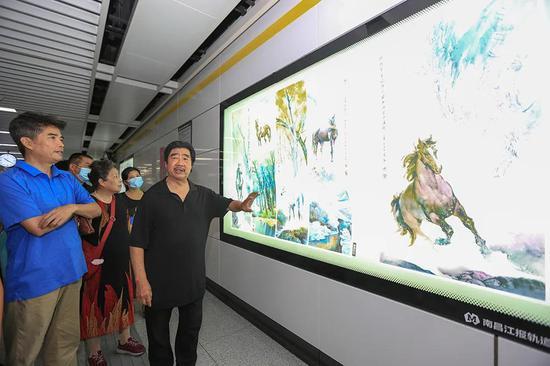 郭文连向粉丝讲解画背后的故事