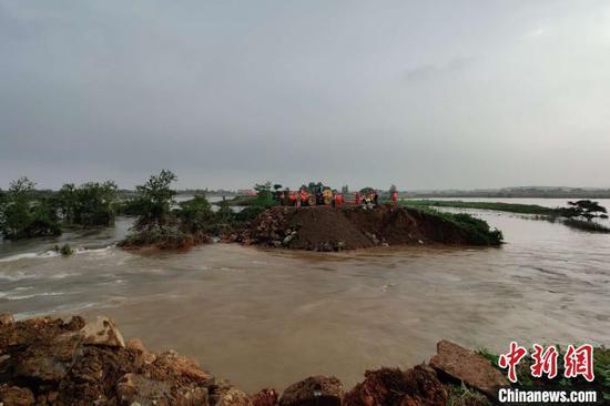 7月9日,受强降雨影响,江西南昌市新建区大塘坪乡新培圩堤发生决口险情。 徐迎华摄