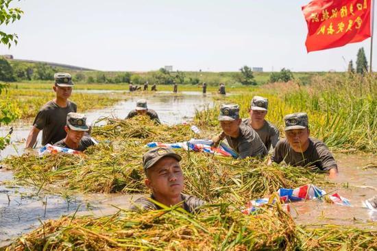 江西:洪灾20多天后首次回家 村民们哭了