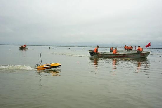 无人测量船正在采集相关数据信息