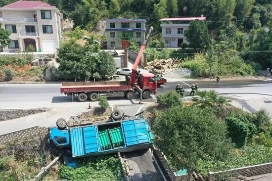 萍乡319国道货车侧翻 车上载有155个氢气罐