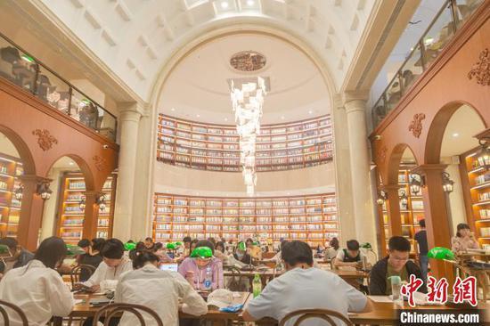 在江西省南昌市高新区图书馆中心阅读大厅内,广大市民正在阅读学习。 刘力鑫 摄