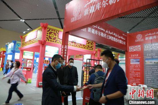 """在""""药交会""""展会现场,众多市民、客商正挑选购买产品。 姜涛 摄"""