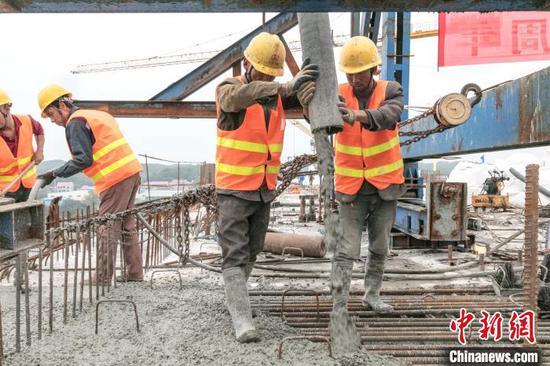 图为江西省万安县百嘉赣江大桥合龙施工现场。 刘创辉 摄