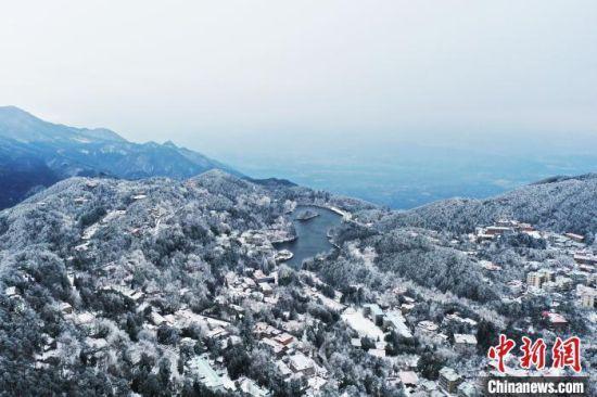 """大雪过后的庐山,雾凇雪凇摇曳生姿,宛若""""千崖冰玉里、万峰水晶宫""""的人间仙境。(资料图) 刘占昆 摄"""