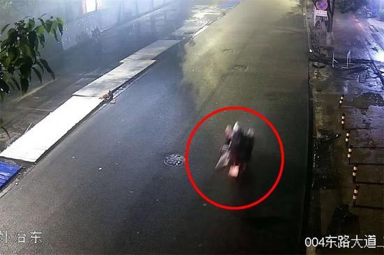 ▲嫌疑人作案后的身影及交通东西