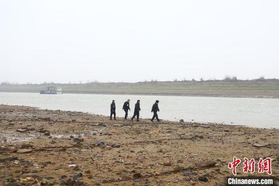 护渔队每日的职责便是开展湖面日常巡查,遇到涉渔违法活动时在保障自身安全的前提下制止违法活动,及时收集证据并上报。(资料图) 刘占昆 摄