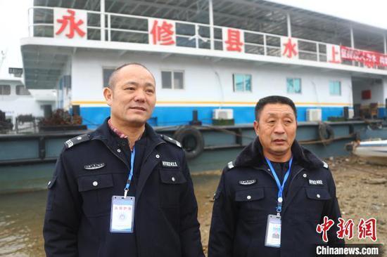 范昭送(左)是永修县护渔队的队员之一,他每天清晨6点起床,开始一天的巡护工作,经常到晚上10点才能回家。(资料图) 刘占昆 摄