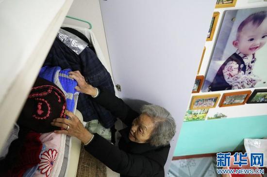 图为谢芝兰正在整理毛衣。新华网 王凯丰 摄