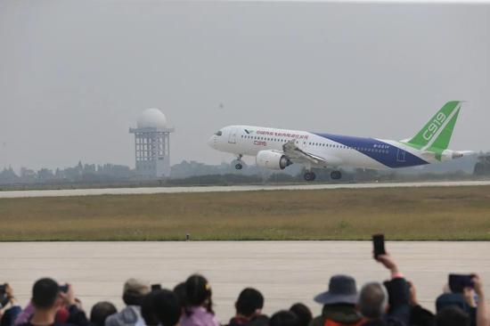 在南昌飞行大会上表演的C919国产大飞机 摄影:梁振堂