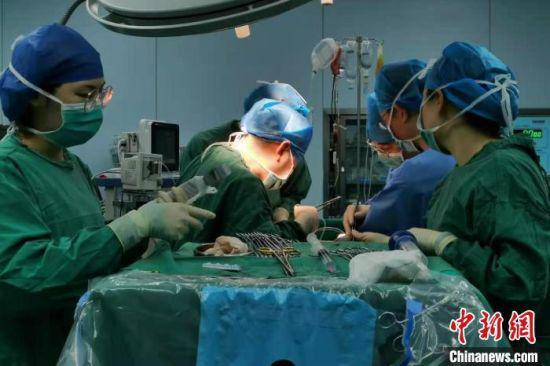 近日,江西省人民医院开展了江西首例单一受体第三次肝移植手术。 江西省人民医院供图