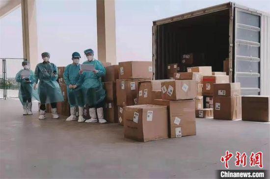 5月2日,江西南昌首票公路运输跨境电商出口海外仓货物通关。赣江新区海关供图