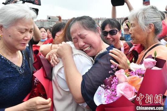 焦阳的生母杨风梅见到女儿泪流满面。 樊哲平 摄