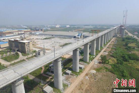 安九铁路全线采用中国自主研发并具有完全知识产权的新型CRTSIII型无砟轨道。 卢梦琪 摄