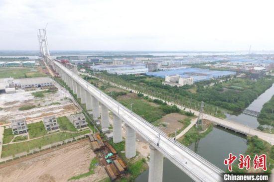 7月18日,安九铁路全线无砟轨道板施工完成。 卢梦琪 摄